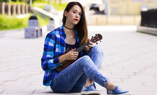 Pourquoi chaque guitariste devrait apprendre le ukulélé ?